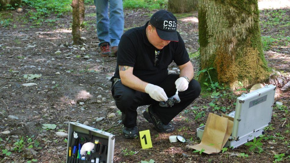 Ermittler bei der Spurensicherung an einem Tatort